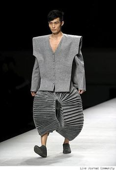 otto mode: Most ridiculous fashion show outfits. Bad Fashion, Fashion Fail, Weird Fashion, High Fashion, Fashion Looks, Fashion Ideas, Cartoon Fashion, Avantgarde, Origami Fashion