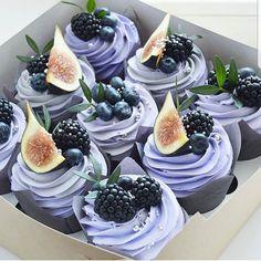 Buttercream cupcakes with these berries from . Buttercreme Cupcakes mit diesen Beeren von Die Farbe … Yes or no? Buttercream cupcakes with these berries by The color … - Köstliche Desserts, Delicious Desserts, Yummy Food, Fun Cupcakes, Cupcake Cakes, Berry Cupcakes, Purple Cupcakes, Baking Cupcakes, Cupcake Recipes
