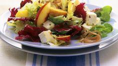 fruchtig-herzhaft: Blattsalat mit Nektarinen, Brie und Schinken | http://eatsmarter.de/rezepte/blattsalat-mit-nektarinen-brie-und-schinken