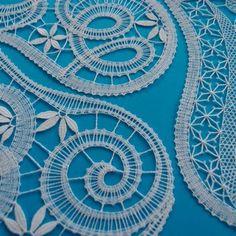 Tyto zvonky jsem před časem navrhovala na zakázku, paličkovala je Jaroslava Jedlinská ve zlaté nebo stříbrné barvě s přídavkem jiné barvy. Původní verzi si můžete prohlédnout zde. Nyní jsem je upaličkovala znovu z bílých lněných nití. Bobbin Lacemaking, Lace Heart, Point Lace, Lace Jewelry, Needle Lace, Lace Detail, Tatting, Stitch, Beads