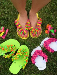 After a water balloon fight, pick up all the balloon pieces (so no litter animals won't eat). Then use the pieces to decorate flip flops. Flip Flops Diy, Balloon Flip Flops, Flip Flop Craft, Crochet Flip Flops, Water Balloon Fight, Water Balloons, Fun Crafts, Crafts For Kids, Diy And Crafts