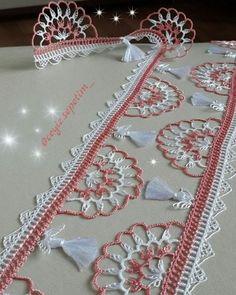 This Pin was discovered by Nur Crochet Edging Patterns, Crochet Lace Edging, Crochet Borders, Tatting Patterns, Crochet Squares, Filet Crochet, Crochet Stitches, Crochet Wall Hangings, Crochet Curtains