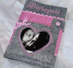 Mutterpasshülle von buntes-stuebchen-de auf DaWanda.com Bunt, Lunch Box, Etsy, Sewing, Feltro, Cape Clothing, Day Planners, Blue Prints, New Babies