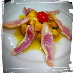 filetti di triglia rossa marinata su insalatina di arance e cipolle caramellate al verdicchio