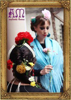 """""""Andalucía en Buenos Aires"""" nuevo catálogo de complementos flamencos 2014 de AmapolasMoras  Ariana: Peinetas dobles grandes tejidas con perlas en crema, flores de clip color ocre y aros de gota y flor."""