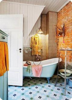 Casinha colorida: Fazendo graça no banheiro