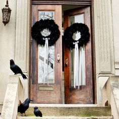 How to make a black feather Halloween wreath. Watch the video and see a tutorial to bring a spooky feel to your Halloween guests. #crafts