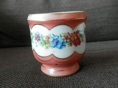 Pot en porcelaine à décor de guirlande de fleurs, signé A.E avec un serpent