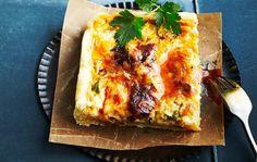 Chorizopiirakka Chorizopiirakka saa makua espanjalaisesta makkarasta, jalopenoista, paprikasta ja juustosta. Ohjeella leivot piirakaa koko pellillisen, josta saat noin 15 palaa. 1. Nypi kulhossa rasva, jauhot ja suola murumaiseksi seokseksi. Lisää vesi ja sekoita nopeasti tasaiseksi taikinaksi. Voit valmistaa taikinan myös monitoimikoneessa. 2. Vuoraa leivinpaperilla uunipelti tai -vuoka (noin 26 x 38 cm). Nosta leivinpaperiarkki kostean …