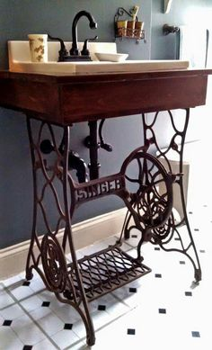 The box built, fallen into the sink, added the faucet. The iron singer sew - Alte Stühle - Bathroom Decor Decor, Furniture, Wood, Sewing Table, Repurposed Furniture, Rustic Bathroom Vanities, Old Sewing Machines, Bathroom Decor, Sewing Machine Tables