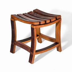 Original taburete fabricado a partir de duelas de roble, provenientes de barricas de vino, ideal para labores cotidianas del hogar o jardín.                                                                                                                                                                                 Más