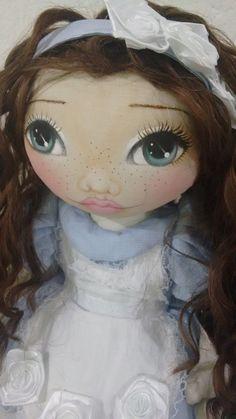 Essa boneca linda tem 43 cm <br>Em algodão cru <br>Roupa em tricoline <br>Cabelo mel sintético <br>1 par de sapatinhos em tecido <br>Toda a roupa pode ser retirada <br>A boneca é toda articulada, fica em pé sozinha, e pode sentar também. <br>***POR SE TRATAR DE UM PRODUTO ARTESANAL E O ROSTO SER PINTADO A MÃO... FICARA DIFERENTE DE UMA PARA OUTRA, cada uma terá sua expressão.