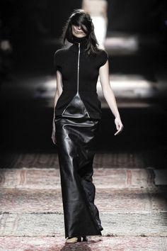 Maison Martin Margiela at Paris Fashion Week Spring 2012 Style Couture, Couture Fashion, Runway Fashion, Womens Fashion, Dark Fashion, Leather Fashion, High Fashion, Fetish Fashion, Fashion Week