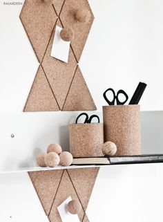 Kork zieht ein und schafft eine wohnliche Atmosphäre. Toll ist, wenn die Korkplatten an der Wand auch noch eine Funktion haben. Schnell sind die Platten zurechtgeschnitten und an die Wand geklebt, Korkkugeln dienen als Pinnnadeln und Konservendosen werden mit Kork...