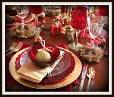 love this table setting for Christmas dinner :)