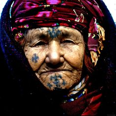 Old Berber woman with traditional facial tattoos. We Are The World, People Of The World, Tribal Face Tattoo, Samoan Tattoo, Polynesian Tattoos, Grey Tattoo, Tattoo Ink, Tribal Tattoos, Berber Tattoo
