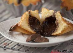 Bem...ninguém vai resistir a estes muffins com recheio de chocolate! Aquele recheio... Vejam como se prepara aqui: http://www.teleculinaria.pt/receitas/muffins-recheio-chocolate/