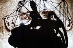 """Über Selfie. Aus der Serie """"Der Traum der Vernunft gebiert Ungeheuer"""" 2015 Rotierende Drahtgitter Skulptur """"Neuromancer 1"""", Selbstportrait Projection Mapping aus der Serie """"Pathfinder"""", schwarzer..."""