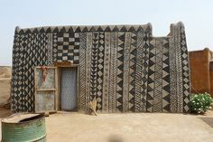 Cour Royale en Tiébélé (foto Rita Willaert).  Tiebele, Burkina Faso.  Se dice que Le Courbusier visitó la ciudad, o pueblo, y le resultó inspirador sus figuras geométricas en blanco y negro de las fachadas.