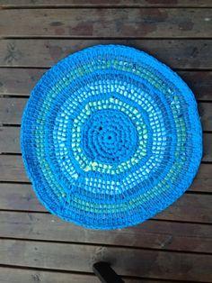 Tunisian crochet rug Crochet Baskets, Tunisian Crochet, Crochet Flowers, Fun Crafts, Bows, Cool Stuff, Knitting, Diy, Home Decor