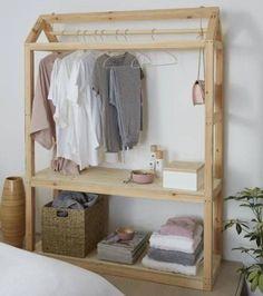 Dressing ouvert : une petite cabane en bois transformée en dressing