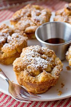 These french toast muffin cups are topped with a crunchy cinnamon streusel. They're a cross between french toast, bread pudding and muffins! I'm kind of obsessed with breakfast and brunch, thankfully French Toast Muffins, French Toast Bake, French Toast Casserole, Mini Muffins, French Toast Cupcakes, Egg Casserole, Simple Muffin Recipe, Muffin Tin Recipes, Muffin Tin Meals
