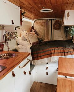 21 Ideas For Your Camper Interior Design - Outdoordecorsm Bus Living, Tiny House Living, Van Interior, Interior Design, Camper Interior, Interior Decorating, Kombi Home, Van Home, House On Wheels