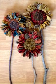 Hooked sunflower centers with prodded petals? Faux Flowers, Fabric Flowers, Paper Flowers, Rug Hooking Designs, Rug Hooking Patterns, Quilt Patterns, Diy Kleidung, Art Textile, Penny Rugs