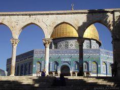 Domo da Rocha localizado no monte do templo. Apesar do local ser sagrado tanto para os muçulmanos quanto para judeus e cristãos apenas muçulmanos podem entrar na Mesquita. #porondeviajo #israeli #israel #jerusalem #holyland #domeoftherock #travel #trip by porondeviajo