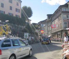 聖ジェルマン門から旧市街に入るサポートカー。
