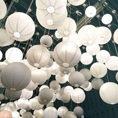 Industriële uitstraling met deze witte lampionnen.   #lampion #evenement #events #trouwen #bruiloft #wedding #weddingideas #weddinginspiration #styling #industrial #industrialdesign #decoratie #decoration #lampionnen #feest #party #huwelijk #wit #industrieel Bruiloftsborden, Fete de mariage, Heiraat dekoration, hangende lantaarns