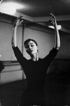 La danza fue uno de los mayores placeres de la actriz. Siempre quiso ser bailarina, desde bien pequeña, y estudió y practicó ballet clásico en todas las ciudades en las que vivió durante sus primeros 20 años de vida: Bélgica, Holanda, Inglaterra... Un periplo marcado por su huída de la II Guerra Mundial.