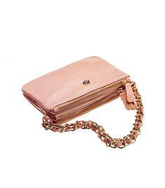 Il colore tra il rosa pallido e il cipria è l'ultima tentazione da osare su abiti e accessori. Irresistibile...