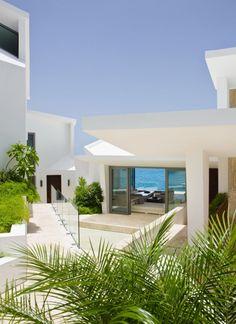 luxus ferienvilla anguilla weiße fassade palmen glas
