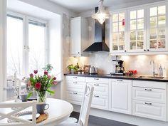 Elegant white kitchen and dining space | D&D - Dom i dizajn