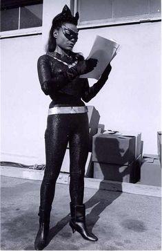 Eartha Kitt, Catwoman, studying her lines on the set of Batman. Batman Y Robin, Batman 1966, Batman And Superman, Batman Art, Wonder Woman Kunst, Wonder Woman Art, Wonder Women, Batman Tv Show, Batman Tv Series