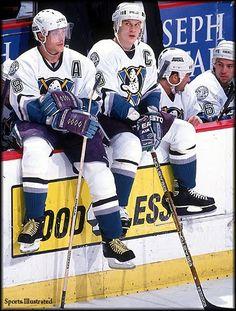 Teemu Selanne & Paul Kariya - Mighty Ducks of Anaheim Ducks Hockey, Ice Hockey, Hockey Room, Hockey Rules, Hockey Season, Nhl Games, Anaheim Ducks, Hockey Boards, Hockey Players