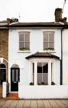 i want a cute lil london flat. hopefully itd be near a place with really good hot chocolate. - Model Home Interior Design Cottage Exterior, Simple House Exterior, Terrace House Exterior, Victorian Terrace Interior, Townhouse Exterior, London House, London Townhouse, House Front, Victorian Homes