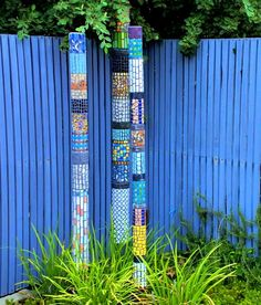 Mosaic Garden Totem Trio Garden totems can be made of glass, of ceramic or pottery, of mosaic or wood. They can be DIY or store-bought. But what exactly is a garden totem? Mosaic Garden Art, Mosaic Art, Mosaic Glass, Mosaic Tiles, Glass Ceramic, Pebble Mosaic, Stained Glass, Mosaic Crafts, Mosaic Projects