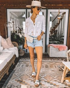 I want to give you some ideas to style my two favorite shorts! Wearing the Parker… Spring Shorts Outfits, Short Outfits, Chic Outfits, Chloe Sandals, Sandals Outfit, Flat Sandals, Chloe Logo, Cashmere Hoodie, Skirt And Top Set