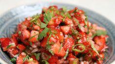 Jordbærsalsa er søtt, sterkt og surt tilbehør til grillmaten. Hvor sterkt det blir avhenger av hvor mye grønn chili du blander inn. Lise Finckenhagen bruker jordbærsalsa til hamburger, kylling og laks. Alt fra grillen.