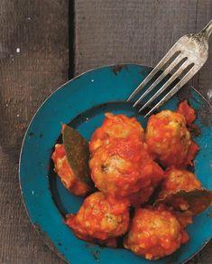 Små krydrede spanske kødboller i tomatsauce, der er en klassiker på tapasbordet. Server dem gerne med lidt brød og helst som en del af et større tapasbord. Opskriften er også delikat at gange op og bruge til en intens gang pasta med kødboller en dag, hvor tiden ikke lige er til at lave det store