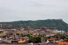 Castillo de San Felipe y al fondo Cerro del convento de la Popa