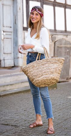 Summer is back :: Cropped Ruffle Top, Skinny Jeans & Straw Bag Summer Wear, Summer Outfits, Casual Outfits, Black Sandals Outfit, Denim Pants Outfit, Mode Blog, Estilo Fashion, Casual Street Style, Mode Inspiration