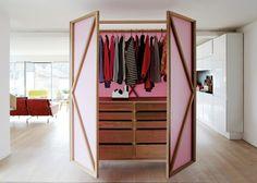 Deze multifunctionele kledingkast werkt ook prima als room divider - Roomed