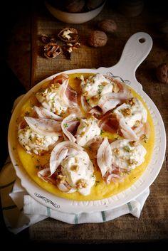 Pizza di polenta con pancetta