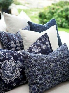 Decorative indigo blue and white pillows Azul Indigo, Bleu Indigo, Style Deco, Himmelblau, Blue Rooms, Love Blue, Pillow Talk, White Decor, Navy Blue Decor