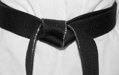 Faixa preta de Taekwondo reage a assalto e domina ladrão
