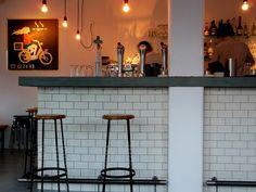 In Bar Spek, een gezellig café in hartje Amsterdam degusteert u op vintagemeubels een biosapje of goed glas wijn. Meer info via www.barspek.nl.