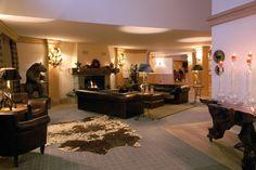 Hôtel Chalet RoyAlp & Spa. Les 63 chambres & suites ainsi que les 30 appartements vous invitent à la détente en famille ou entre amis. Véritables lieux de vie où le luxe et le style se conjuguent avec l'espace, les chambres et appartements offrent confort et sérénité. Hotel Chalet, Suites, Ainsi, Restaurants, Hotels, Mirror, Design, Travel, Furniture